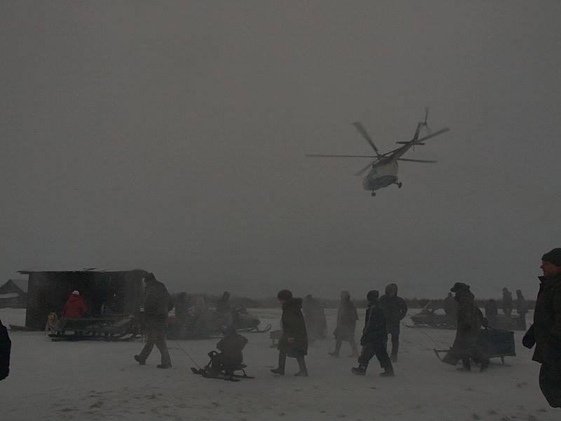 Nes-Einwohner verlassen Hubschrauber, der nur einmal pro Woche hierherkommt